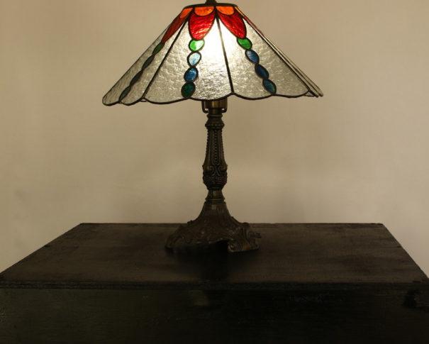 カラフルな色合いとレトロなデザインのステンドグラスランプ|glass N.