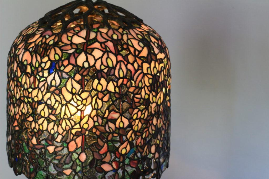 存在感のある上品さが特徴のステンドグラスランプ|ピンク glass N.