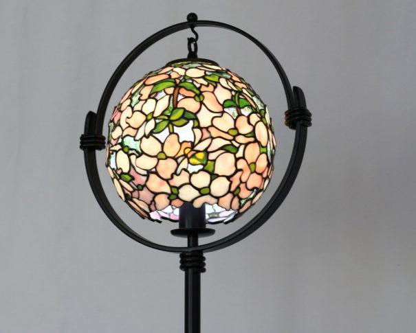 乳白色のハナミズキが優しく照らすステンドグラスランプ|白・ピンク glass N.