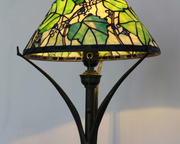 薄緑の葉と小さいのぶどうが優しいステンドグラスランプ|グリーン glass N.