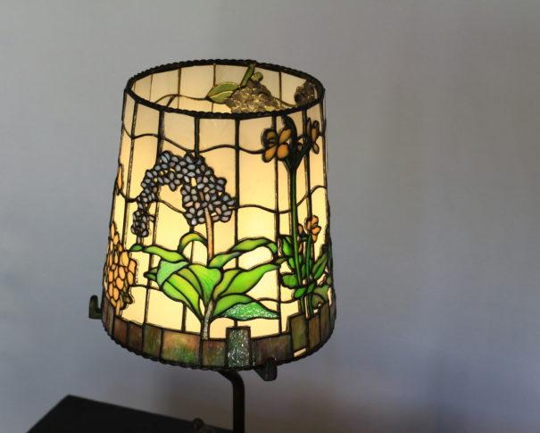 野花が咲いたナチュラルな色合いのステンドグラスランプ glass N.