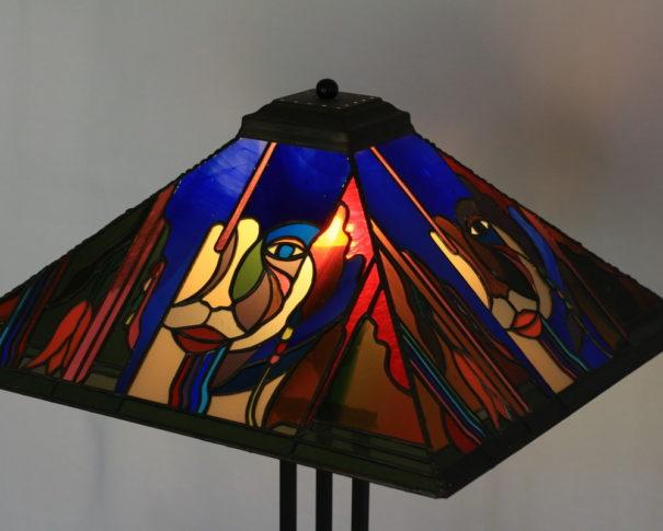 アバンギャルドで個性的なデザインのステンドグラスランプ glass N.