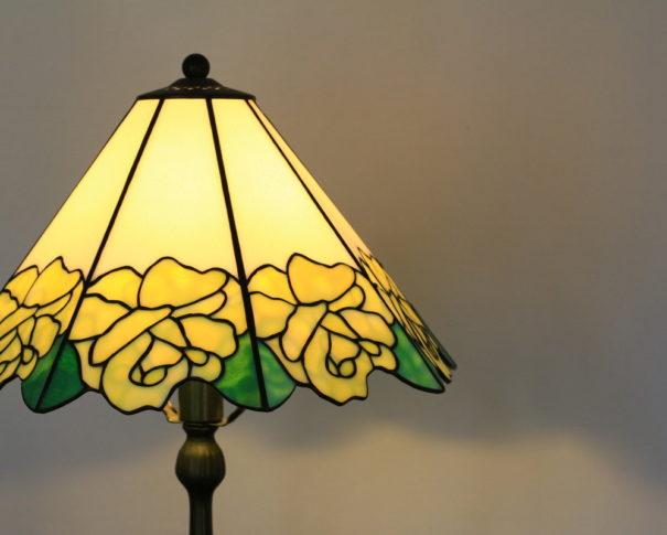 ペールイエローのバラが愛らしいステンドグラスランプ|イエロー glass N.