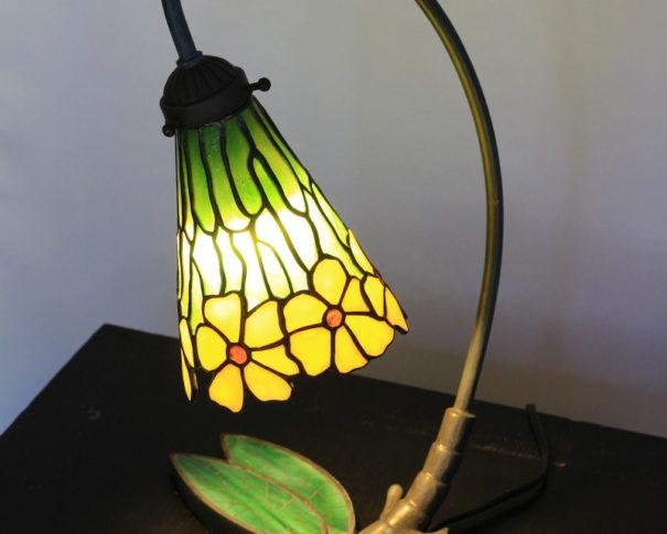 黄色のお花とトンボのランプスタンドが個性的なステンドグラスランプ|glass N.